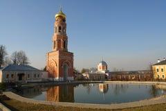 Glockenturm nahe Teich, Besteigungs-David-` s verlässt - männliches Kloster von Moskau-Diözese der Russisch-Orthodoxer Kirche, Mo Lizenzfreie Stockfotos