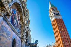 Glockenturm-Glockenturm-St- Mark` s Basilika-Mosaik-Marktplatz Venedig Italien Stockfotos