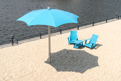 Glockenturm-Strand-alter Hafen in Montreal Kanada zwei blaue Stühle wi Lizenzfreie Stockbilder