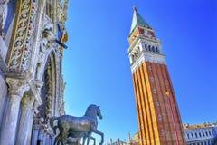 Glockenturm-Turm-Pferde-St- Mark` s Basilika-Marktplatz Venedig Italien Lizenzfreies Stockfoto