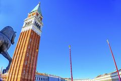 Glockenturm-Turm-Pferde-St- Mark` s Basilika-Marktplatz Venedig Italien Stockfoto