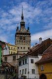 Glockenturm und alte Häuser der mittelalterlichen Stadt von Sighisoara, Tran Lizenzfreies Stockfoto