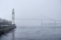 Glockenturm und Brücke Jacques Cartier im Winter Stockbilder