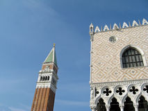 Glockenturm und das Palazzo Ducale lizenzfreie stockfotografie
