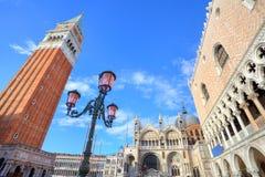 Glockenturm und der Palast des Doges in Venedig, Italien. stockbilder