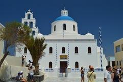 Glockenturm und Hauptfassade einer Kirche in Oia auf der Insel von Santorini Architektur, Landschaften, Reise, Kreuzfahrten lizenzfreie stockbilder