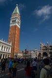 Glockenturm und Marktplatz San Marco Stockbild