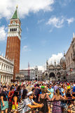 Glockenturm und Marktplatz San Marco Stockfotografie