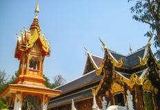 Glockenturm und Pavillon im thailändischen Tempel im Norden lizenzfreies stockbild