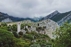 Glockenturm und Ruinen der alten Stange, Montenegro Stockbilder