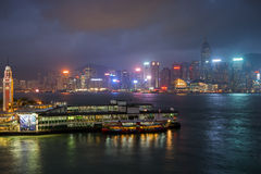 Glockenturm und Stern setzen Pier in Hong Kong an der Dämmerung über Stockfotografie