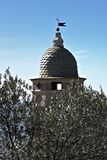 Glockenturm unter Olivenbäumen Eine Kirche in Cinque Terre untergetaucht in einem Olivenhain stockfotografie