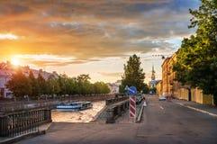 Glockenturm von St. Nicholas Cathedral und der goldene Sommersonnenuntergang Stockfotografie