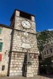 Glockenturm am Waffenkammer-Quadrat Kotor, Montenegro lizenzfreie stockbilder