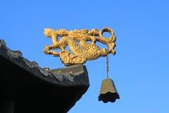 Glod drake i takfoten i en tempel royaltyfri bild