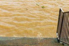 glod och krusning för flodbruntvatten Vinkar texturerad bakgrund fotografering för bildbyråer