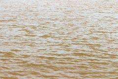 glod och krusning för flodbruntvatten Vinkar texturerad bakgrund arkivfoton