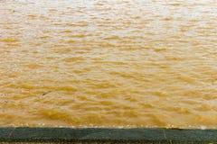 glod och krusning för flodbruntvatten Vinkar texturerad bakgrund arkivfoto