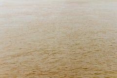glod och krusning för flodbruntvatten Vinkar texturerad bakgrund arkivbilder