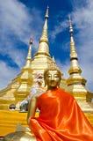 Gloden placerade Buddhabild i inställning av meditationen och guld- Royaltyfri Foto