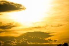 Gloed gouden hemel bij zonsondergang royalty-vrije stock afbeelding