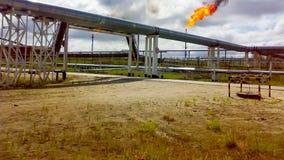 Gloed voor het flakkeren van bijbehorend gas Het eindpunt van het systeem van de drukhulp op de oliefaciliteit stock foto