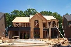 Gloednieuw huis nog in aanbouw stock foto