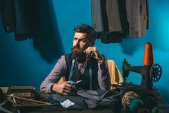 Gloednieuw modieus kostuum kostuumopslag en maniertoonzaal het naaien mechanisatie Bedrijfskledingscode handmade gebaard royalty-vrije stock fotografie