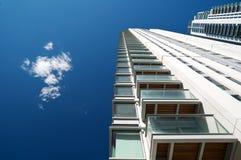 Gloednieuwe flats en de bureaubouw. Royalty-vrije Stock Afbeeldingen