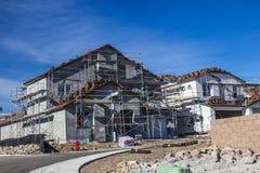 Gloednieuwe Huisbouw met Steiger stock afbeelding