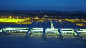 Gloednieuwe luchthaventerminal stock videobeelden