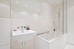 Gloednieuwe moderne badkamers Royalty-vrije Stock Foto's