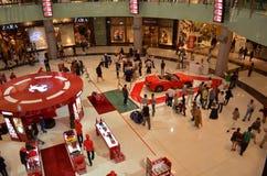 Gloednieuwe rode ferrariauto in de wandelgalerij van Doubai Stock Foto