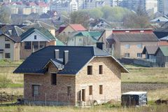 Gloednieuwe ruime baksteen twee verhaal woonhuis met het betegelen royalty-vrije stock fotografie