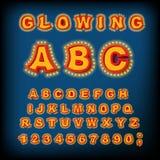Gloeiend ABC Lichte Doopvont Retro Alfabet met lampen doopvontwijzer Stock Foto's