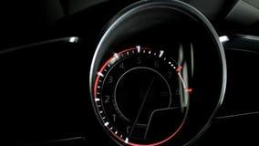 Gloeiend dashboard die begin en eindemotor van een auto met backlight tonen stock videobeelden