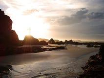 Gloeiend kruis door het overzees Stock Foto