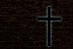 Gloeiend kruis op een bakstenen muur Stock Fotografie