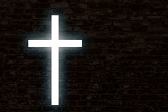 Gloeiend kruis op een bakstenen muur Royalty-vrije Stock Foto's