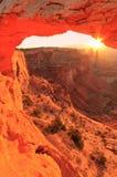 Gloeiend Mesa Arch bij zonsopgang, het Nationale Park van Canyonlands, Utah, U Stock Afbeeldingen