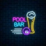 Gloeiend neonteken van bar met pool met inbegrip van glas van bier en biljartbal Uithangbord van bar met biljartlijst Stock Afbeelding