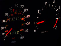 Gloeiende autospedometer, tachometer in duisternis Stock Afbeeldingen