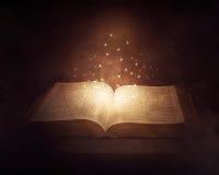 Gloeiende Bijbel royalty-vrije stock afbeelding
