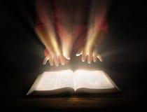 Gloeiende Bijbel stock illustratie