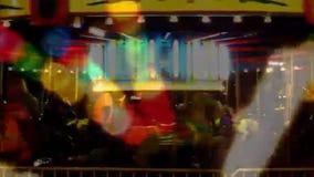 Gloeiende carrousel bij nacht stock footage