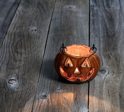 Gloeiende enge pompoendecoratie op rustieke houten raad stock foto's