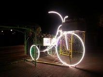 Gloeiende fiets en bank stock afbeeldingen
