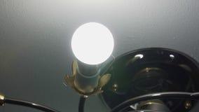 Gloeiende geleide lamp dichtbij het plafond stock videobeelden