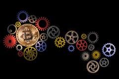 Gloeiende gouden bitcoin en weg van kleurrijke radertjewielen op zwarte achtergrond met exemplaarruimte Royalty-vrije Stock Foto's