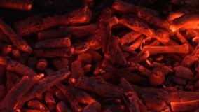 Gloeiende houtskool en vlam stock videobeelden